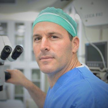 """ד""""ר אליה לוינגר מנהל שירות הקטרקט במרכז הרפואי תל אביב (איכילוב) ויו""""ר חוג קטרקט של רופאי העיניים בישראל"""